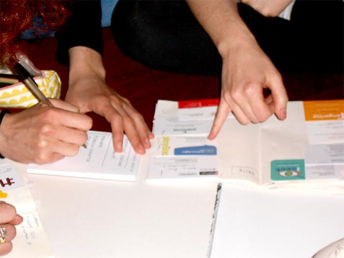 Sonia, Giulia e Marta impegnate nello scambio di contatti. Sonia ha raccontato del suo taccuino annuale nell'ebook che ho rilasciato lo scorso anno dedicato alla BCBF.
